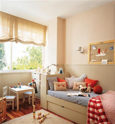 Cuarto de niño: I also dislike all-blue rooms. But just a splash, like this, is perfect.: