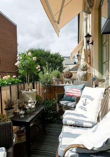 Une déco de balcon lumineuse et ensoleillée avec un brise vue en toile