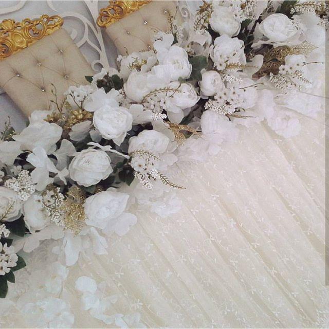 #оформление#свадьба#выезднаярегистрация#праздники#алматы#хангаби#асянди#кызузату#годик#тусаукесер#кудалар#юбилей#свадебныйдекор#свадебнаяарка#фотозона#дизайн#декор#концепция#флористика Композицию на стол молодых мы собрали из искусственных цветов кипенно- белого цвета и добавили немного золота и мелких соцветий.  Нежность получилась бесподобной красоты! И на заметку для Вас... Существует мнение ,что искусственные цветы дешевле чем живые ,и  обходятся в копейку ...Хорошие ,качественные…