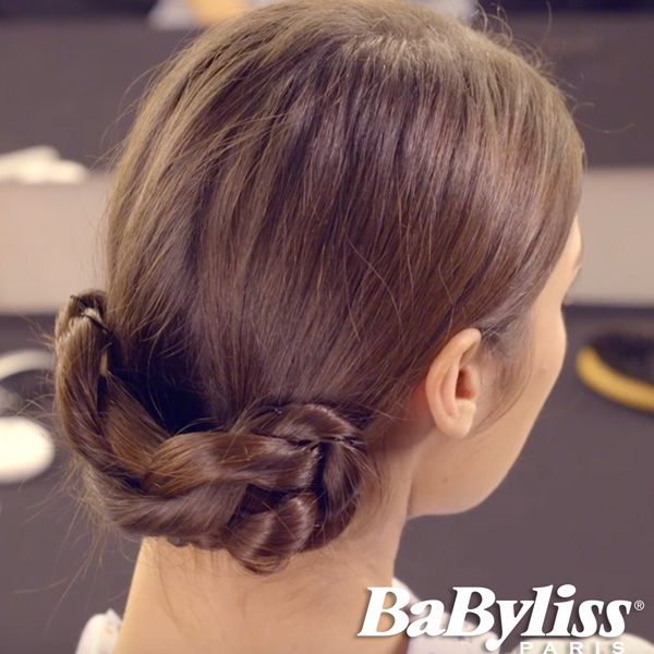 Il chignon basso intrecciato è un'acconciatura elegante e di grande effetto. Scoprite come realizzarlo su www.twistsecret-babyliss.it #hairinspiration #glamour #capelli #acconciatura #acconciature #idea #backtoschool #back2school #treccia #trecce #braid #braids #braidstyle #babyliss #babylissparis