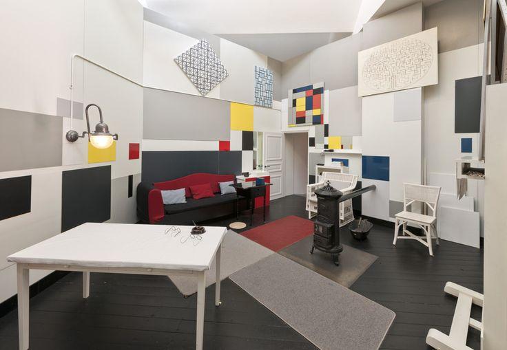 """Reconstrucción del estudio de Mondrian en 26 Rue du Départ, París, que estaba en exhibición en """"Mondrian y sus estudios"""" en la Tate Liverpool del 6 de junio - 5 de octubre de 2014. © Fotografía Tate, David Lambert y Rod Tidnam. Cortesía de Tate."""