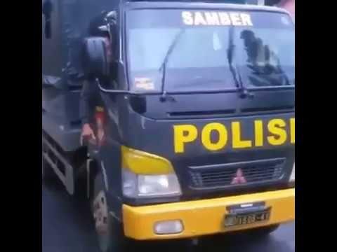 Heboh aksi telolet mobil polisi, kereeen,,, om telolet om - YouTube