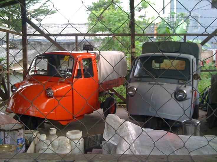 Old Daihatsu Trimobile (R) with an Electric Trimobile (L). via: http://biobemo.tumblr.com - photo by aikon.org