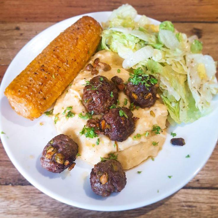 Romige polenta met pistachegehaktballetjes en een maïskolf