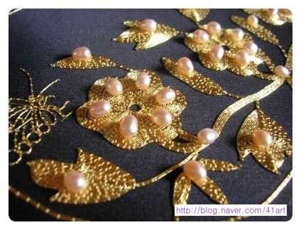#Korean #goldwork gold thread embroidery - flowers on dark silk. Love the addition of freshwater pearls. 진주낭-징금수