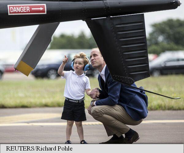 Chiar înainte de a împlini vîrsta de trei ani la 22 iulie, prințul George a realizat visul a mii de copii, instalându-se vineri la comanda unui avion de vânătoare, sub privirea atentă și mândră a tatălui său prințul William, informează agenția France Presse (AFP).