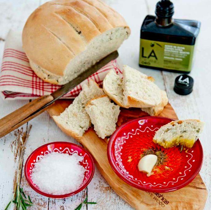 Dit recept voor eengeurig rozemarijnbrood met knoflookolie (lekkervegetarisch borrelhapje!) komt uit het kookboekjeHeerlijk met Olijfolie(€9,95) met de olijfolie van hetmerk LA Organic. Strooi het zout in een kom. Zeef er de bloem boven. Maak een kuiltje en strooi er de gist in. Voeg de LA OrganicCuisine olijfolie en 275 ml handwarm water toe. Kneed in […]