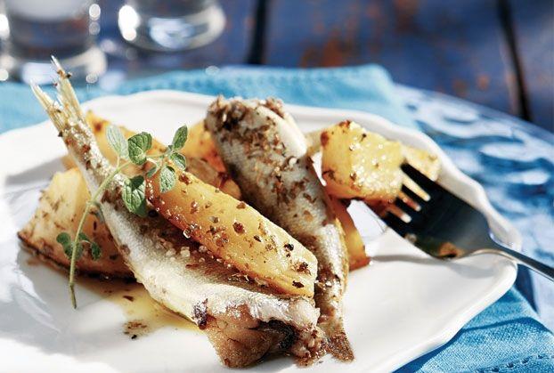 Σαρδέλες ψητές στο φούρνο από την Αργυρώ Μπαρμπαρίγου | Φαγητό νόστιμο και υγιεινό. Πραγματικά πανεύκολο, με πατάτες που ψήνονται στο ζουμάκι της σαρδέλας