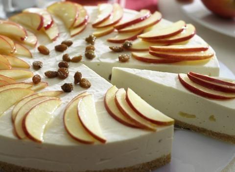 Ingredience: piškoty 150 gramů, máslo 125 gramů, jablka 2 kusy, jogurt bílý 300 gramů, šťáva citronová 3 lžíce, skořice 1/2 lžičky (mletá), sůl 1 špetka, želatina 1 balení (prášková), cukr 75 gramů, jablečné pyré 200 gramů (např. dětská přesnídávka), rozinky 2 lžíce (naložené v rumu), sýr Philadelphia 500 gramů.