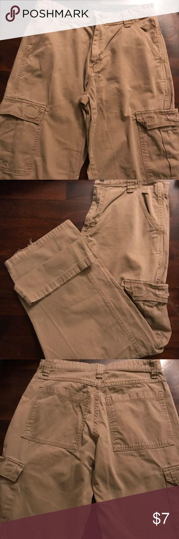 Wrangler Khaki Cargo Pants Mens Size 29/30 Wrangler Khaki Cargo Pants in Men's Size 29/30 in Good Used Condition  Minimal Whiskering on Leg Bottoms (Shown in Picture) Wrangler Pants Cargo