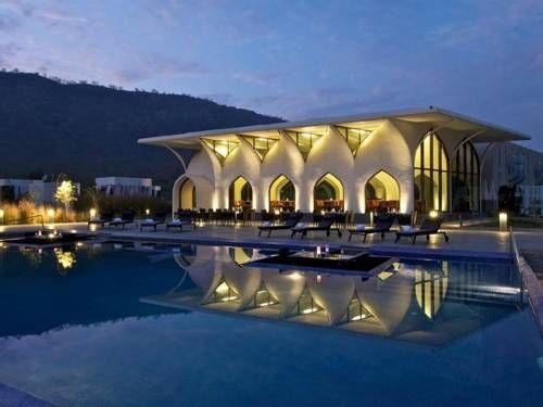 lebua Lodge at Amer - Situé à 15 km au nord de Jaipur, le Lebua Lodge propose un hébergement en tente de style futuriste au cœur de jardins paysagers et de collines rocheuses. Adresse lebua Lodge at Amer: Jaipur Kunda,NH-8 Tehsil Amber  302028 Jaipur