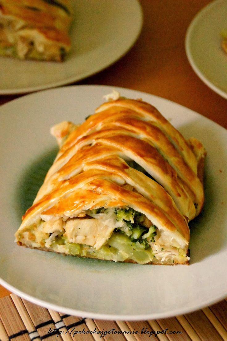 Składniki: - 1 mały brokuł - 1 op. ciasta francuskiego - 1 podwójny filet z kurczaka - 6 łyżek startej mozzarelli - 1 jajko - sól i pi...