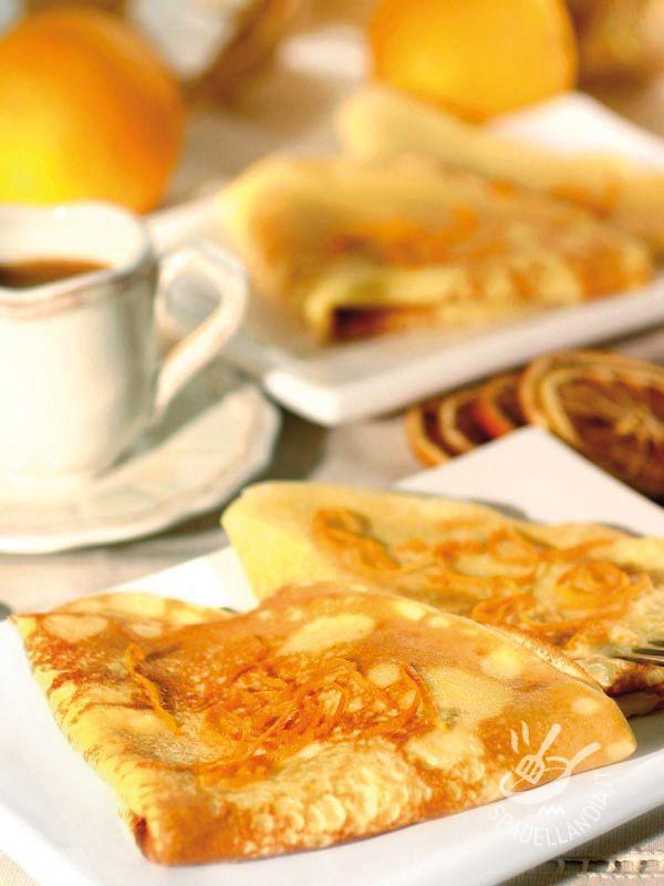 Le Crepes all'arancia e al Grand Marnier sono un grande classico per gli amanti dei dolcetti francesi più famosi in tutto il mondo!