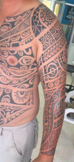 Tatouage d'Armure Polynesian Maori sur la moitié du Torse, l'Épaule et le Bras Entier d'un Homme - Armor Tattoo from Maori Polynesian on Half Torso and Full Arm by René Vaiaanui : http://tatouages-polynesiens.polinesia2012.com/tatoueur-polynesien/