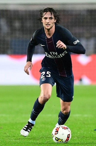 Paris Saint-Germain's French midfielder Adrien Rabiot controls the ball during the French L1 football match between Paris Saint-Germain and Olympique of Marseille at the Parc des Princes stadium in Paris on October 23, 2016. / AFP / MIGUEL MEDINA