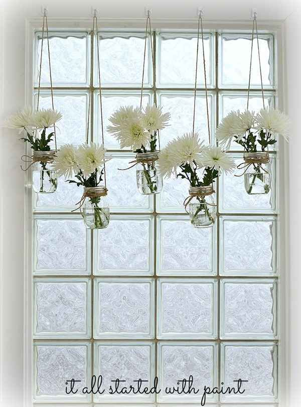 FlowersThey can also hang beautiful country-style window vases.