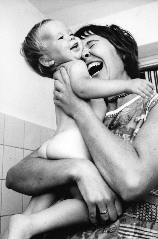 Материнские чувства вне времени и пространства, не поддаются разуму и логике — просто потому, что понять их можно, самим став родителями и никак иначе.Такую любовь хочется запечатлеть, чтобы в трудные моменты жизни она согревала сердце и давала надежду — где-то в другом городе или другом конце планеты есть человек, который любит нас, несмотря ни на что. Поэтому мамы всегда вдохновляли фотографов по всему миру на теплые и трогательные снимки