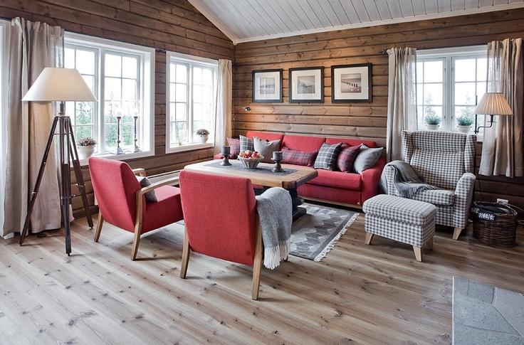 Store glassfelt og gråbeisa vegger med kvitt tak / Hytte interiør og møbler (Cabin interior and furniture)