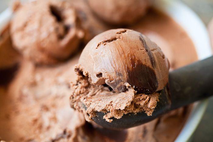 El helado proteico de chocolate, está compuesto en su mayor parte de proteína de suero en polvo. Similar a tomarse un batido de whey protein, la única dife