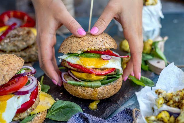 Make it healthier: Fit burger drobiowy z mango, szpinakiem, jajkiem sadzonym i lekkim sosem musztardowym podawany z pieczonym kalafiorem