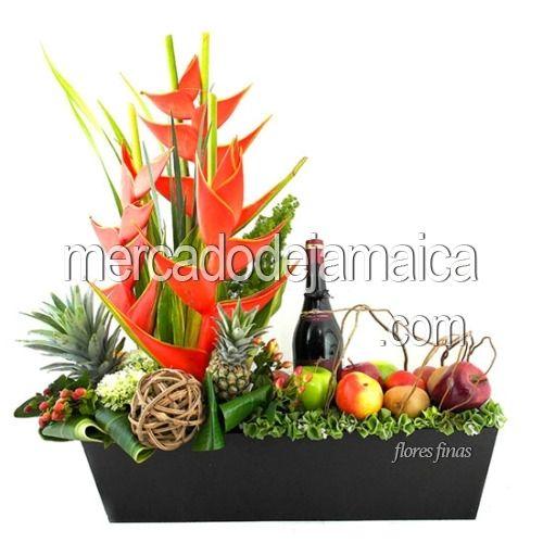 Arreglo Para Hombres con Fruta Petrus ! Regala Flores En Cualquier Ocasión y Sorprende Con Un Hermoso Detalle ¡¡  Disfruta enviar un arreglo floral para hombres, elaborado en flores tropicales, fruta y vino, para crear este hermoso diseño floral, hacemos uso de texturas y elementos decorativos masculinos.  Arreglo Floral con:   Hipéricos Rojos  Esferas de Fibra Natural  Flores Hortensia Verde  Piña Decorativa Chica,
