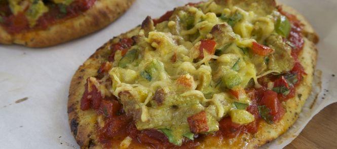Pizza Van Naanbrood Met Gewokte Kalfsvleesreepjes, Groenten En Kruiden recept | Smulweb.nl