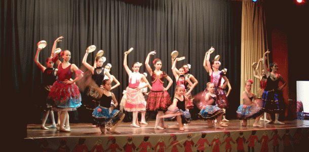 Para el fin de curso la escuela de ballet Sara Diaz de Lloret de Mar quiere organizar un festival en cual participan todos los alumnos.Entre vestuario y teatro nos cuesta mucho dinero y para que lo podemos realizar nos haría falta un poco de ayuda.Estamos preparando un parte del lago de los cisnes ,Carmen , Esmeralda ,todos los grupos harán un baile de flamenco y de contemporáneo,cada baile con su propio vestuario y accesorios .