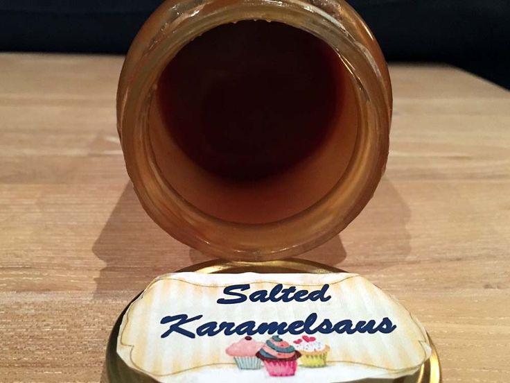 #Karamelsaus van suiker, slagroom en roomboter met een verassende kwinkslag door de toevoeging van een beetje zout. Dus zoete gezouten #karamel. Voor over of in recepten, zoals taarten of toetjes.