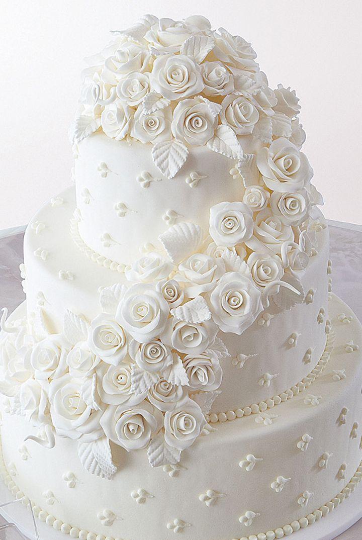 まるで純白のバラのブーケ! 会場にイノセントな輝きを もっと見る