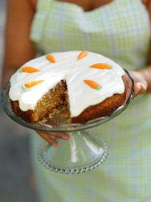En morotskaka ska vara riktigt saftig och vacker att servera! Det finns många recept på den här saftiga, amerikanska morotskakan. Men det här är det bästa...