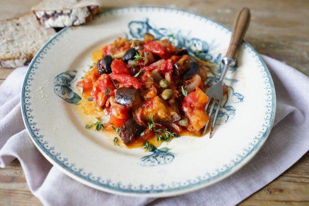 To warzywna potrawa o sycylijskich korzeniach. Prosty sposób na wykorzystanie dostępnych teraz na każdym kroku pomidorów i bakłażanów.