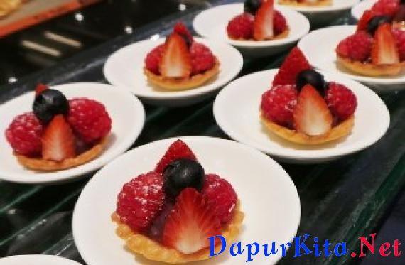 Bahan bahan Blueberry and Fresh Berry TarletteSugar Dough:360 g mentega tawar, bairkan dalam suhu ruang hingga lunak600 g tepung terigu225 g gula bubuk, ayak75 g almond bubuk120 g telur ayamCokelat putih lelehBerry Creme:30 g gula