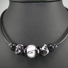 Collier perles de verre blanches et noires sur câble et gaine pvc