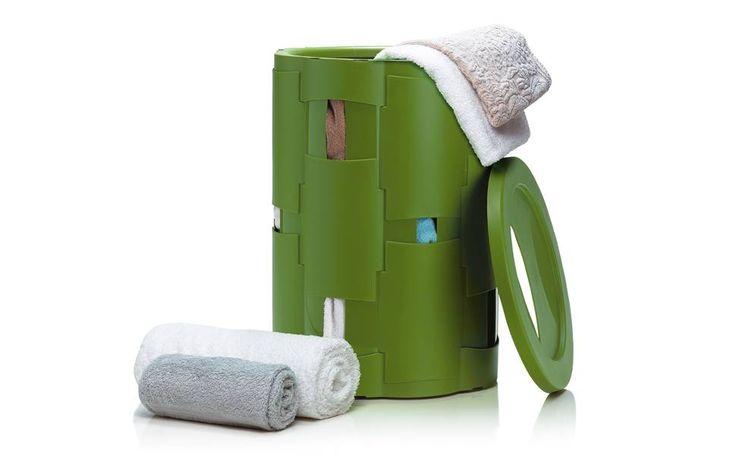 Os cestos Tramas, criados pela Bertussi Designdustrial, feitos de paletas de plástico polipropileno tramadas. Podem ser encontrados em quatro tamanhos (G ± 70 litros; M ±55 litros; P ± 40 litros e mini de 25 litros). Preço: R$ 139,90, o médio de 55 litros www.coqueluche.com.br