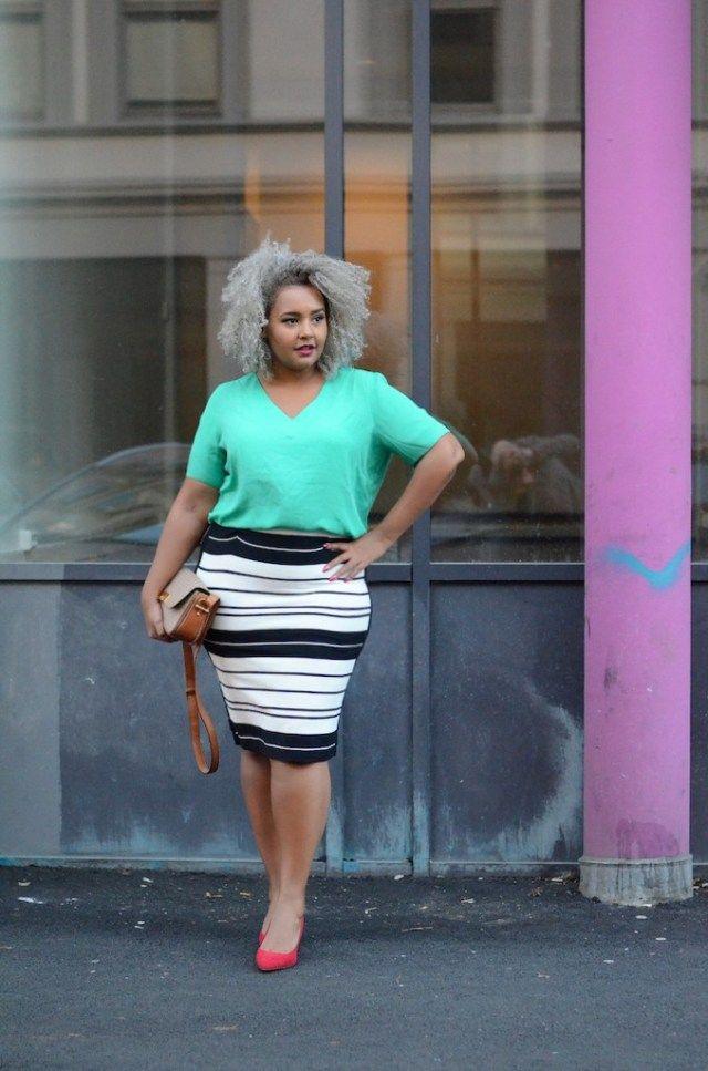 Мода 2017 для полных: белая юбка-карандаш с принтом в черную полоску.