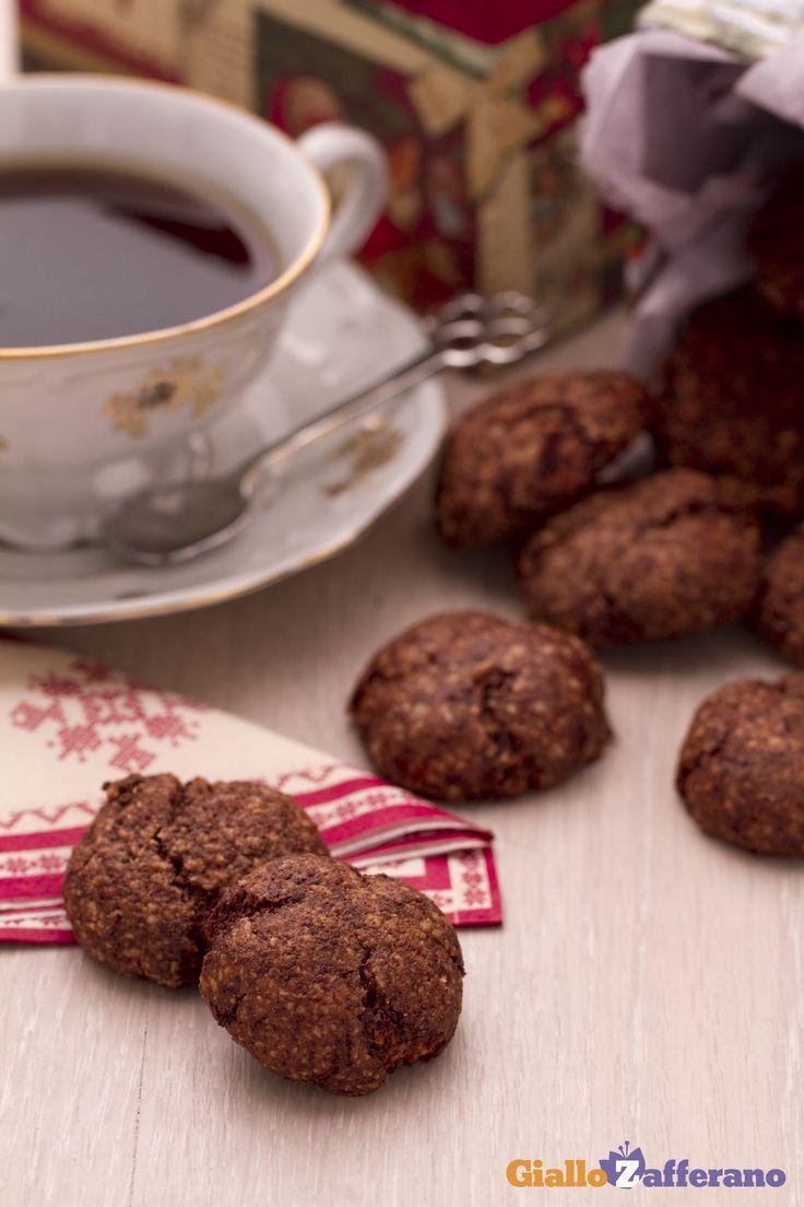 Con il loro profumo di spezie, i biscottini speziati con #cioccolato e mandorle (spicy chocolate almond cookies) richiamano perfettamente l'atmosfera natalizia e sono perfetti come pensiero per chi si vuole bene. #ricetta #GialloZafferano #Natale #Christmas http://speciali.giallozafferano.it/regali-da-mangiare