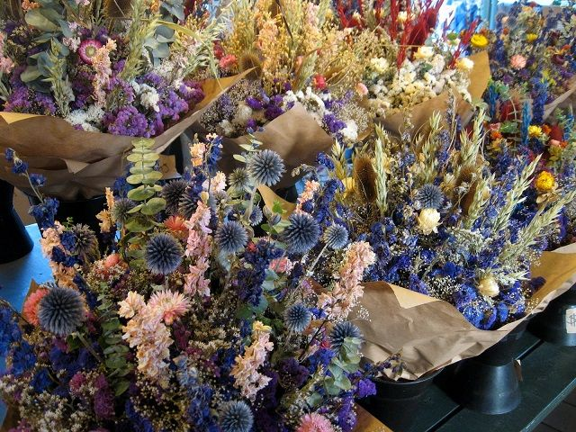 Idee originali e di grande effetto per decorare la tavola con i fiori: 10 centrotavola fai da te economici e facili da realizzare in poche mosse.