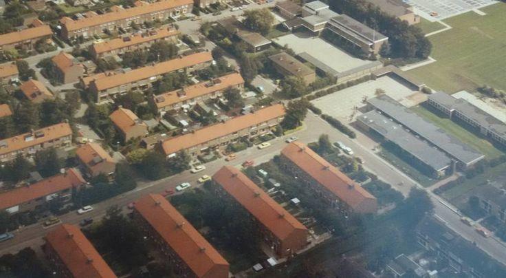 Waterleliestraat van bovenaf met Pieter de Graaf school en Maranatha school