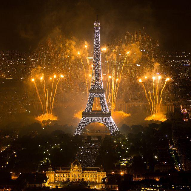 Feu d'artifice du 14 juillet 2011 sur le sites de la Tour Eiffel et du Trocadéro à Paris vu de la Tour Montparnasse - Fireworks on Eiffel To...