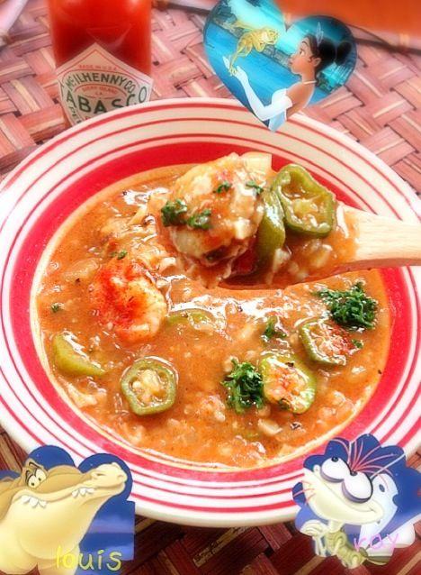 ティアナのお父さんが作るピリ辛スープ♪この映画でよく出てくるガンボ、どんなか食べたくなって作ってみました  ニューオリンズを代表する料理で、「ガンボ」は「オクラ」のこと。 ガンボ自体は、ルイジアナを統治していたスペインや、ネイティブアメリカン、カリブ経由の西アフリカの影響もうかがえる、ちょっとスパイシーな、クレオール(ヨーロッパとアフリカのミックス文化)色の強いスープ料理です。  の舞台は1920年代のニューオリンズ☆ホタルの仲間たちと、底抜けに楽しい歌~『Gonna Take You There~連れてゆくよ』をJazzyに唄いながら - 127件のもぐもぐ - Gumbo from The Princess and The Flog sceneガンボスープ by Ami