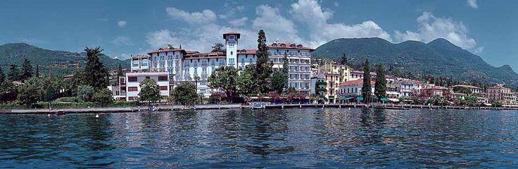 Atemberaubende Lage in Gardone Riviera am Gardasee. Luxushotel Savoy Palace bietet Wellness, Restaurant, Pool und elegant eingerichteten Zimmer mit Seesicht