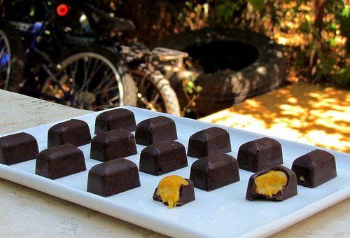 Шоколадные конфеты с манго, лимоном и марципаном