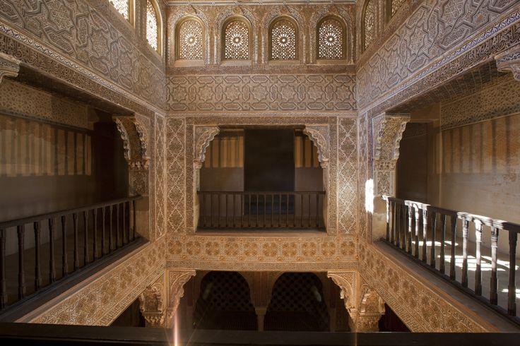 Elemento imprescindible en el islam, el baño de Comares se localiza entre los palacios de Comares y de los Leones. Puede accederse directamente directo desde el patio de los Arrayanes, junto a las habitaciones del sultán, para quien estaba reservado.