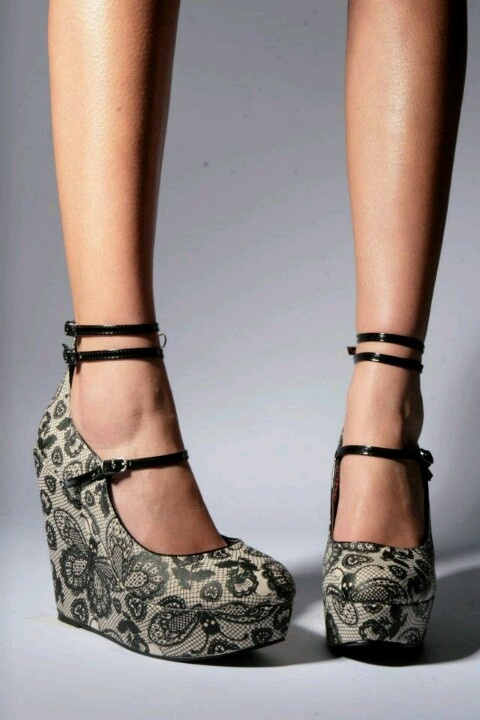 I want these!! Iron Fist (a favourite gothic punk shoes repin of VIP Fashion Australia ) plataforma mariposas calaveras