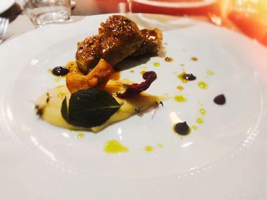 #MustTry at #ElakatiKitchenBar  Χοιρινός Λαιμός με πουρέ από πράσινο μήλο, τσιπς απο παστινάκι, παντζάρια και σάλτσα gravy αρωματισμένη με μουστάρδα!   Pork Neck with green apple puree, parsnip chips, beetroot and gravy flavored with mustard!    For Reservations: 2241070688  Με την υπογραφή του executive #Chef Kimon Ligdas και την ομάδα του!  #OnTripAdvisor #degustation #gastronomia #creativecuisine #elakatales