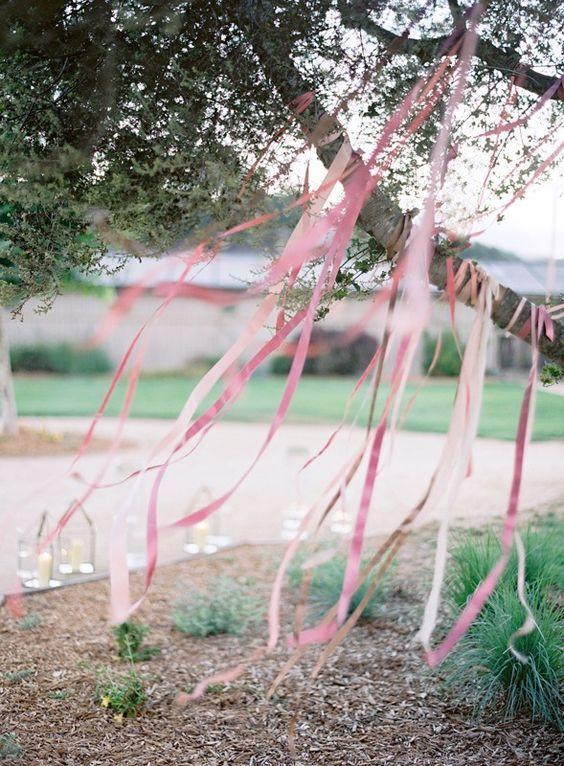 Sollte eure Hochzeit im Freien stattfinden, ist das eine tolle Deko-Inspirationen: Seidenbänder, die an Ästen festgebunden sind, geben ein tolles Windspiel ab!