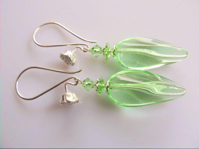Oorbellen Spring Green Glass gedraaide glaskraal met swarovski bloem en bicone kristal kraaltje en roos oorhaak. geheel lichtzilver.