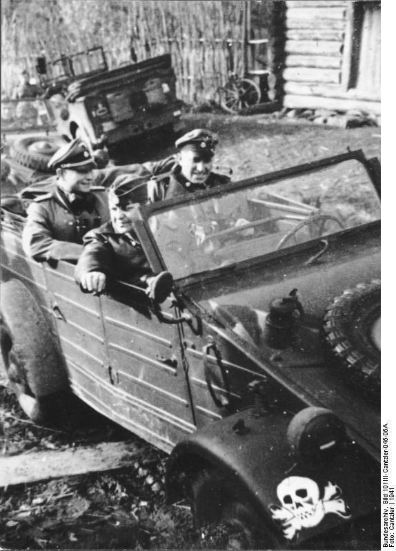 """https://flic.kr/p/ESN3Bw   VW Typ 82 leichter geländegängiger Personenkraftwagen (Kfz. 1) """"Kübelwagen""""   Deutsches Bundesarchiv Bild 101III-Cantzler-045-05A  Sowjetunion.- Angehörige der Waffen-SS-Division """"Totenkopf"""" in VW-Kübelwagen"""