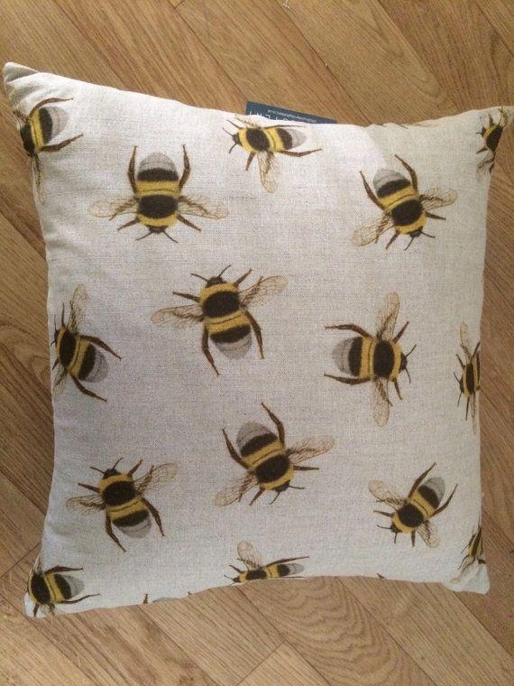 Coussin d'essaim abeille par Number10Upholstery sur Etsy