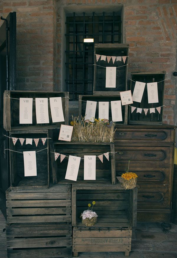 rustic seating plan with wooden boxes and buntings http://weddingwonderland.it/2016/06/legno-e-carta-kraft-per-un-matrimonio-rustico.html